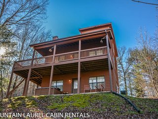 SUGAR MAPLE- 3BR/3BA, SLEEPS 8, SECLUDED, PET FRIENDLY, POOL TABLE, HOT TUB