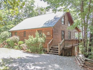 OVERLOOK RETREAT- 4BR/3BA- CABIN WITH AMAZING MOUNTAIN VIEW SLEEPS 8, PRIVATE