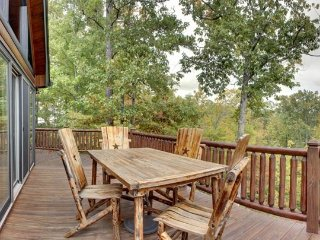LONESOME DOVE-3BR/3BA-WESTERN THEMED CABIN, MOUNTAIN VIEW, GAS GRILL, WIFI