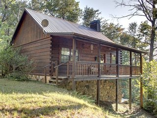 A BEAR PAUSE- 3BR/2BA- CABIN SLEEPS 8, SECLUDED, HOT TUB, SCREENED PORCH, POOL