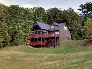 SOUTHERN CROSS LODGE- 7 BEDROOM + LOFT AREA, 4 BATHROOMS, SLEEPS 22, DIRECTV, Blue Ridge