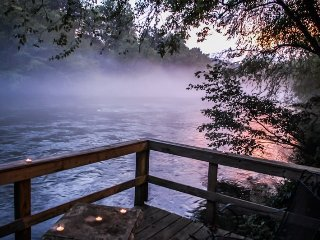 MISTY RIVER- 2BR/2BA CABIN ON THE TOCCOA RIVER, HOT TUB, WIFI, PET FRIENDLY