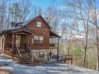 BEAR HAMMOCK- 4BR/3BA- LUXURY CABIN WITH A BEAUTIFUL MOUNTAIN VIEW, POOL