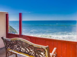 The Martinique Ocean Front Condo: Pet friendly with hot tub & fire pit, San Diego