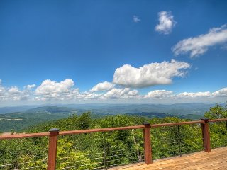 4BR Log Cabin on Beech Mountain (Sleeps 10), Huge Multi-Mile Views, Open Floor