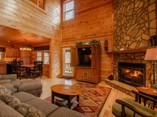 3BR Log Cabin, Minutes to Boone, Hot Tub, Large Decks, Mountain View, Sleeps 6, Vilas