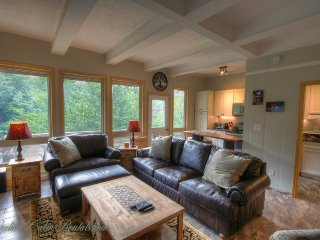 Sleeps 5, Newly-Renovated Ski Condo, Short Walk, Beautiful View of the Slopes