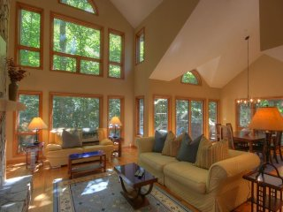 2BR Three-Story Townhome in Yonahlossee, Jetted Tub, close to Boone and Blowing