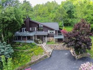 4BR Cozy Mountain Getaway sits above Boone with Long Range View, Hot Tub, King