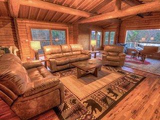 5BR Mountain Lodge, Newly Renovated, Long Range Views, 2 Stone Fireplaces, Elk Park