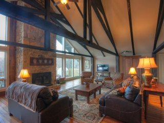 7BR Rustic Upscale Mountain Lodge on Beech Mtn, Only 1 Mile From Ski Slopes