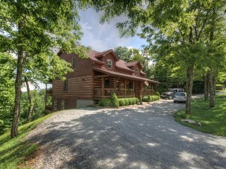 Upscale Log Cabin with Mountain Views, 2 King Master Suites, Hot Tub, Pool