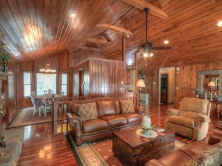 4BR Lodge, 2 Living Areas, 2 Kitchens, Long Range View, Sauna, Hot Tub, Pool