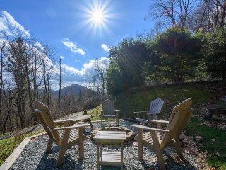 Cozy, Charming Mountain Cabin with a View in Valle Crucis with a Hot Tub, Fire