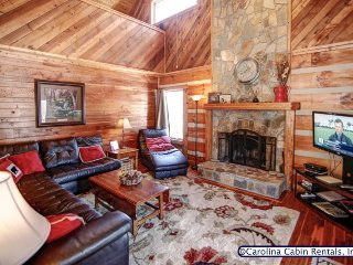3BR Log Cabin, King Bed, Leather, Flatscreen TV, Wifi, Ping Pong, 5 Minutes to