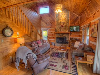 3BR Log Cabin with Views, 5 Minutes to Boone, Close to All Attractions, Hot