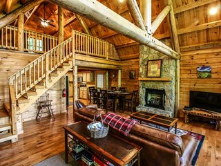 3BR Cabin, Arcade, Grill, Incredible Views, Hot Tub, Privacy, Close to Boone, Vilas