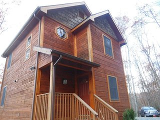 2BR Cabin on Beech Mountain, Close to Ski Slopes, Lots of Wood, Hiking, Stone