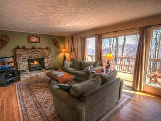 3BR Mountain House With Hot Tub, 2 King Beds, Seasonal Views, Close to Banner