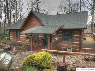 3BR Log Cabin, Hot Tub, Nestled in Private Setting Beside the Blue Ridge