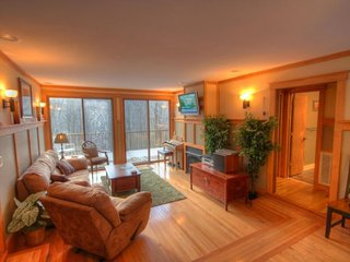 4BR Mountain Contemporary Chalet on Beech Mtn, Hot Tub, 1 Mile to Ski Slopes