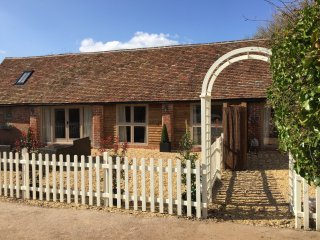 Meg's Cottage (Beautiful Barn Conversion sleeps 4), Tiddington