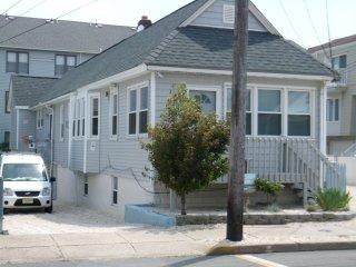 One Bedroom !/2 Block to Beach, Boardwalk, Clubs