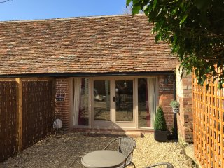 The Bolt Hole (Beautiful Barn Conversion sleeps 2), Tiddington