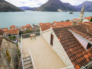 Stone house 100 m from the beach, with 3 bedrooms and a terrace with sea views, Perast