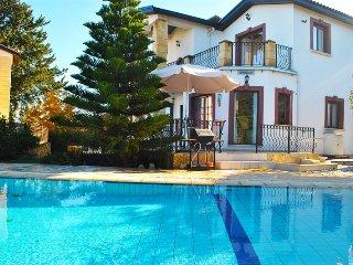 Villa Brooklands sleeps 6 people with 3 bedrooms and 3 bathrooms