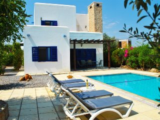 Villa Mavi Ev sleeps 6 people with 3 bedrooms and 2 bathrooms.