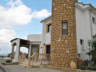 Villa Paradisia sleeps 6 people with 3 bedrooms and 2 bathrooms