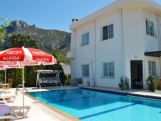 Villa Sesil sleeps 5 people with 3 bedrooms and 1 bathrooms, Edremit (Trimithi)