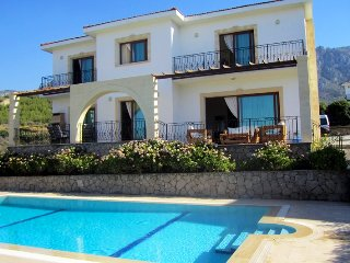 Villa Sunflowers sleeps 6 people with 3 bedrooms and 3 bathrooms