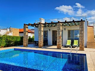 Seafront villa for 6 people with 3 bedrooms and 2 bathrooms
