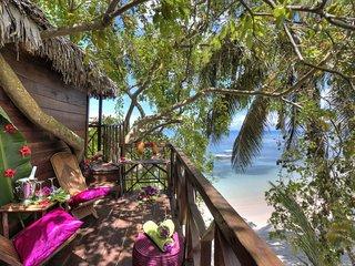 Cabane dans les arbres  sur plage vue mer