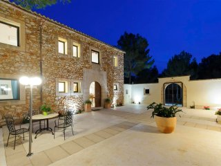 Villa Pins, farmhouse with mountains views, BBQ, pool & wifi