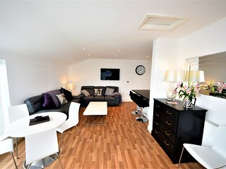 Gorgeous, Modern Townhouse with Marina Views at Pwllheli - Free Wi-Fi & Parking.