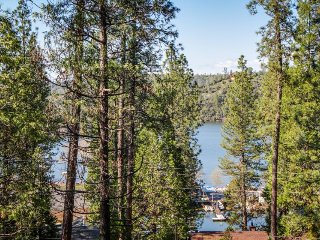 Regal house w/ lake views, entertainment, shared pool - near Yosemite