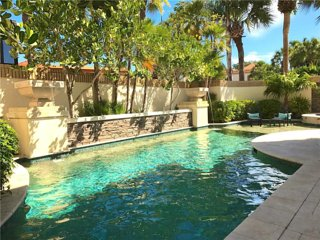 Luxury Pelican Bay Villa with private pool and hot tub!!, Napels