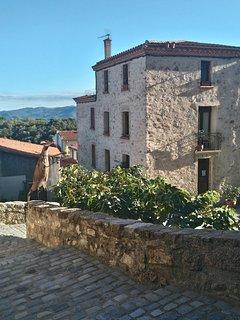 Maison d'hôtes Au Chèvrefeuille dans le beau village médiéval de Montalba le Château