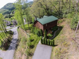 3BR Log Cabin in Boone, NC, Great Location, Hot Tub, Leather Furniture, King