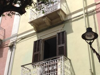 Carloforte tipica casa con balcone in paese