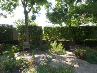 Beautiful ground floor CANAL apartment with garden. City centre-private parking
