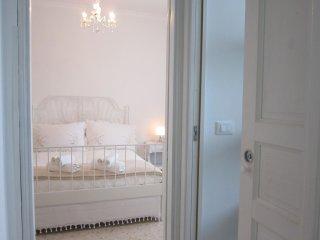 panoramica dalla porta bagno verso camera da letto