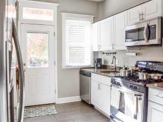 Book Urban-Walkable 1 BR- Tall Ceilings-Cozy Back Porch- Easy Cancel