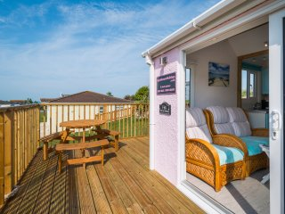 ChyAnTowan - 2 bedroom self-catering chalet with veranda. 5 min walk to beach.