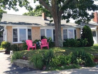 Charming lakefront home, awesome views, walk to the beach!