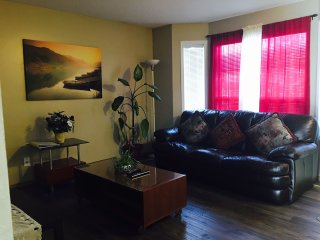 Cozy House II 3BD 10 mins to airport, Calgary