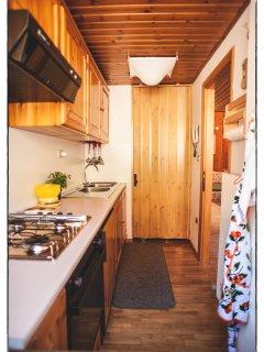 Cucina con frigo, freezer e forno